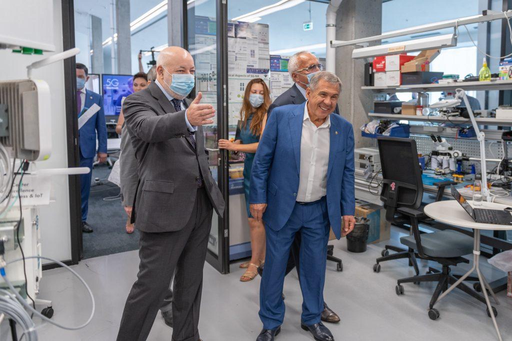 Рустам Минниханов посетил 5G-лабораторию ЦК НТИ