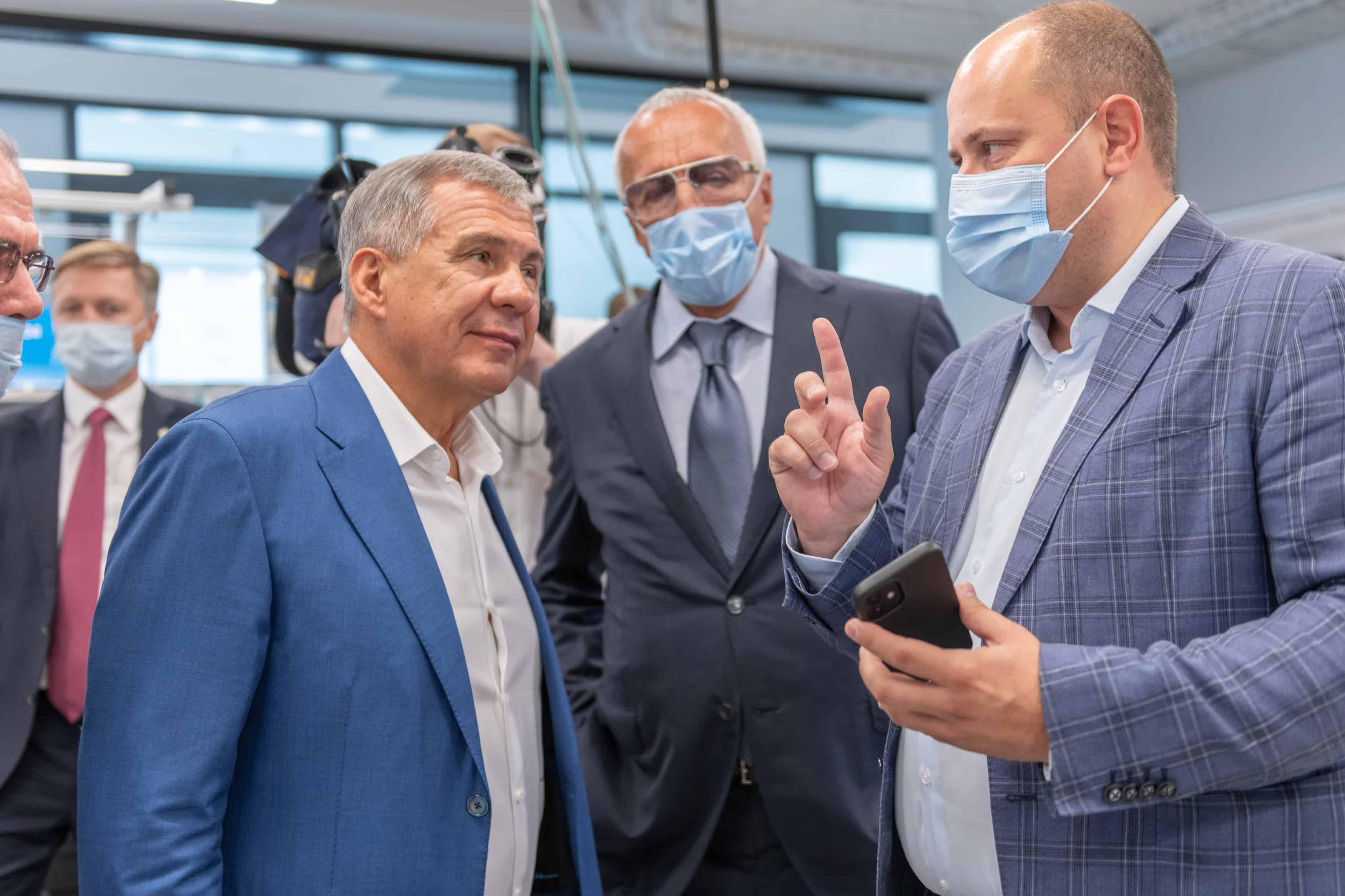В ходе визита в Сколтех президент Татарстана Рустам Нургалиевич Минниханов посетил 5G-лабораторию Центра компетенций НТИ по технологиям беспроводной связи и интернета вещей. Руководитель ЦК НТИ Дмитрий Лаконцев рассказал гостю о…