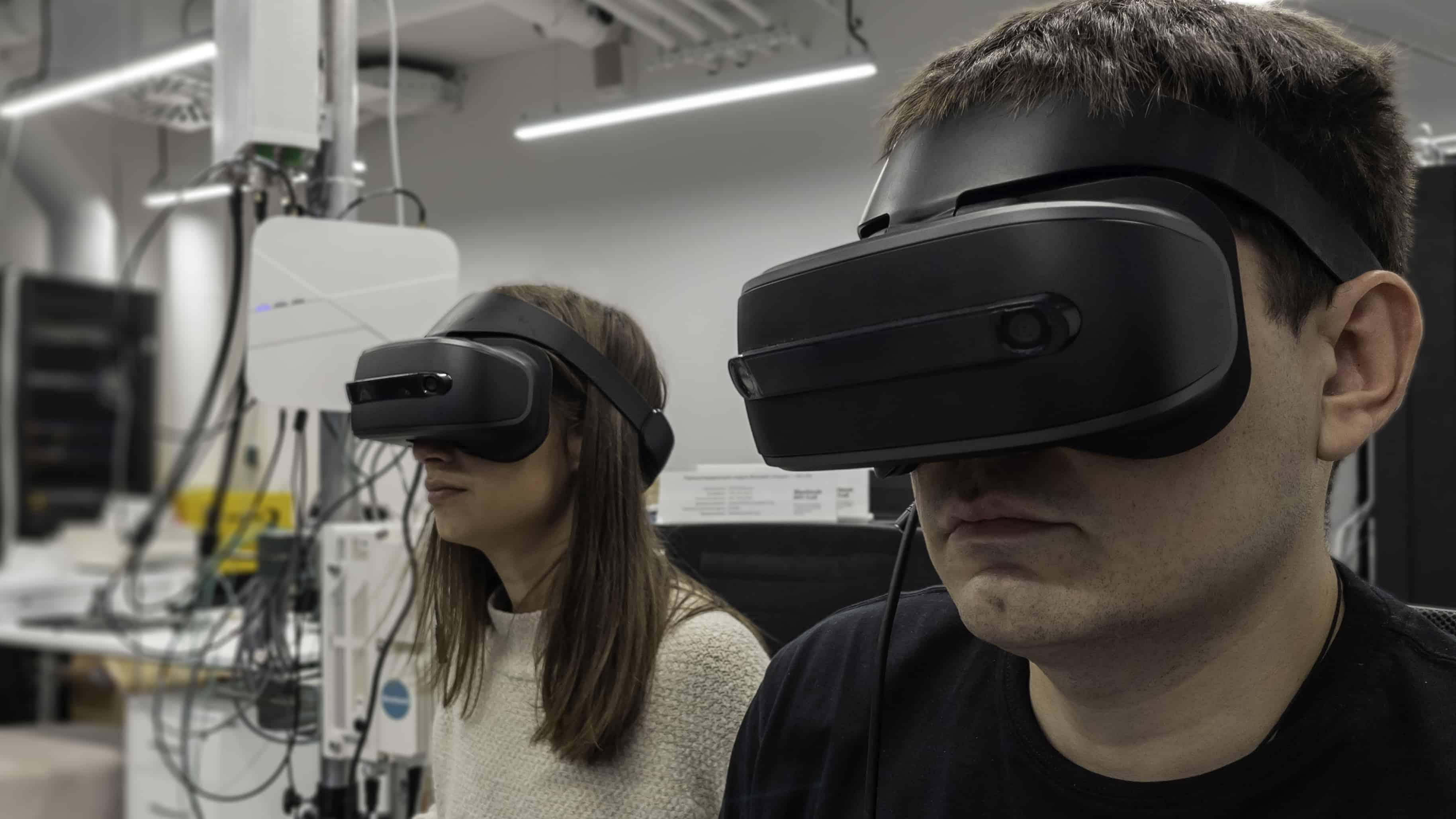 В ходе испытаний два компьютера, к которым были подключены шлемы виртуальной реальности, получили доступ к интернету через пилотную сеть 5G Сколтеха для проведения совместного VR-совещания и одновременного взаимодействия с интерактивными…