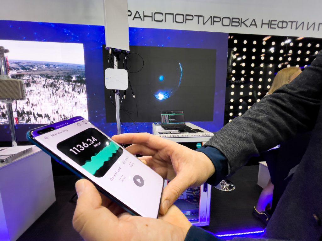 Сколтех демонстрирует гостям ПМГФ-2021 возможности автономных частных сетей 5G (Private Network 5G SA), в том числе скорости передачи данных около 1 Гбит/сек. Фотография: ЦК НТИ.